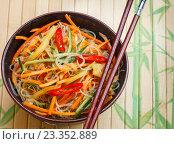 Купить «Лапша с овощами. Блюдо азиатской кухни.», фото № 23352889, снято 26 июля 2016 г. (c) Виктория Панченко / Фотобанк Лори