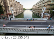 Купить «Вид с Крымского моста на водоём Ла-Виллет, Париж, Франция», фото № 23355545, снято 19 июля 2016 г. (c) Илья Бесхлебный / Фотобанк Лори