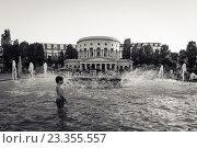 Купить «Мальчик купается в фонтане на площади Сталинградской битвы, Париж, Франция», фото № 23355557, снято 19 июля 2016 г. (c) Илья Бесхлебный / Фотобанк Лори