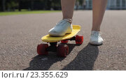 Купить «teenage girl right foot on short modern skateboard», видеоролик № 23355629, снято 31 июля 2016 г. (c) Syda Productions / Фотобанк Лори