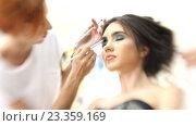Купить «Визажист делает девушке красивый макияж, парикмахер делает прическу», видеоролик № 23359169, снято 5 августа 2016 г. (c) Константин Шишкин / Фотобанк Лори