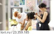 Купить «Визажист делает девушке красивый макияж, парикмахер делает прическу», видеоролик № 23359185, снято 5 августа 2016 г. (c) Константин Шишкин / Фотобанк Лори