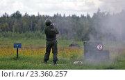 Купить «Солдат стреляет из противотанкового гранатомета», видеоролик № 23360257, снято 5 августа 2016 г. (c) Игорь Долгов / Фотобанк Лори