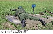 Купить «Солдат с пулеметом в поле», видеоролик № 23362381, снято 6 августа 2016 г. (c) Игорь Долгов / Фотобанк Лори