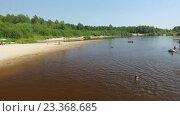 Люди отдыхают на лесном пляже.Нижний Новгород 70 км. Керженец. Стоковое видео, видеограф Vladimir  Zeichev / Фотобанк Лори