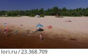 Люди отдыхают на лесном пляже.Нижний Новгород 70 км. Керженец. (2016 год). Редакционное видео, видеограф Vladimir  Zeichev / Фотобанк Лори