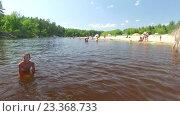 Люди отдыхают на лесном пляже. Нижний Новгород 70 км. Керженец (2016 год). Редакционное видео, видеограф Vladimir  Zeichev / Фотобанк Лори