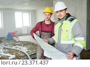 Купить «foreman builder and construction worker with blueprint in indoor apartment», фото № 23371437, снято 13 апреля 2016 г. (c) Дмитрий Калиновский / Фотобанк Лори