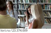 Купить «Young people are discussing», видеоролик № 23374009, снято 28 июля 2016 г. (c) Raev Denis / Фотобанк Лори