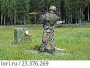 Купить «Солдат стреляет из противотанкового гранатомета», фото № 23376269, снято 4 августа 2016 г. (c) Игорь Долгов / Фотобанк Лори