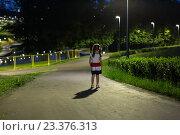 Купить «Девочка стоит одна в ночном парке», фото № 23376313, снято 6 августа 2016 г. (c) Юрий Шурчков / Фотобанк Лори