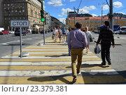 Купить «Люди переходят дорогу по пешеходному переходу на зеленый сигнал светофора на Ленинградском проспекте в Москве», эксклюзивное фото № 23379381, снято 8 августа 2016 г. (c) lana1501 / Фотобанк Лори