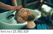 Купить «Attractive man in a barber shop», видеоролик № 23382329, снято 5 августа 2016 г. (c) Raev Denis / Фотобанк Лори