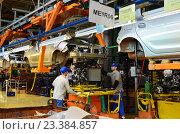 Купить «Главный конвейер, сборка автомобиля, установка двигателя», эксклюзивное фото № 23384857, снято 25 сентября 2018 г. (c) Staryh Luiba / Фотобанк Лори