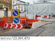 Купить «Москва, Дегтярный переулок, дорожные работы», эксклюзивное фото № 23391473, снято 13 июня 2016 г. (c) Dmitry29 / Фотобанк Лори