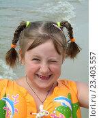 Портрет улыбающейся девочки в надувном жилете на пляже. Стоковое фото, фотограф Lelik-natateniya / Фотобанк Лори