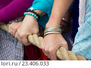 Москва, парк «Сокольники». День Индии, 14 августа 2016. Люди тянут канат колесницы с божествами. Ратха-ятра. Стоковое фото, фотограф Galina Barbieri / Фотобанк Лори