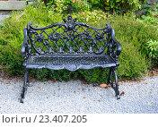 Декоративная скамейка в саду. Стоковое фото, фотограф Татьяна Кахилл / Фотобанк Лори