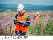 Купить «Агрономы работают в поле», фото № 23407381, снято 19 июля 2016 г. (c) Mark Agnor / Фотобанк Лори