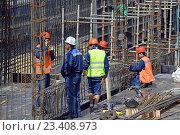 Купить «Рабочие на строительстве объекта», эксклюзивное фото № 23408973, снято 17 августа 2016 г. (c) Александр Замараев / Фотобанк Лори