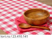 Купить «Пустая деревянная миска и ложка на красной клетчатой скатерти», фото № 23410141, снято 27 апреля 2016 г. (c) ирина реброва / Фотобанк Лори