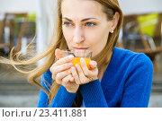 Купить «Красивая девушка с чашкой чая», фото № 23411881, снято 16 августа 2016 г. (c) Антон Гвоздиков / Фотобанк Лори