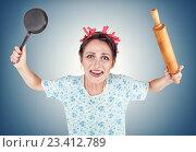 Купить «Злая домохозяйка со сковородой и скалкой», фото № 23412789, снято 17 августа 2016 г. (c) Darkbird77 / Фотобанк Лори