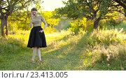 Купить «Девушка разговаривает по мобильному телефону на природе», видеоролик № 23413005, снято 23 июля 2016 г. (c) Kozub Vasyl / Фотобанк Лори