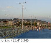 Купить «Олимпийский парк Сочи, люди идут по яркой дорожке, трибуны автодрома, горы на горизонте», фото № 23415345, снято 4 августа 2016 г. (c) DiS / Фотобанк Лори