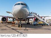 Купить «Высадка пассажиров в аэропорту Магадан (Сокол)», фото № 23417921, снято 18 февраля 2019 г. (c) Антон Афанасьев / Фотобанк Лори