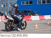 Купить «Мотошкола, упражнение змейка на мотоцикле», фото № 23419353, снято 19 августа 2016 г. (c) Кекяляйнен Андрей / Фотобанк Лори
