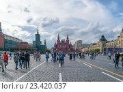 Купить «Москва, Россия - 7 июля 2016: Панорама Красной площади с гуляющими людьми возле Кремля», фото № 23420037, снято 7 июля 2016 г. (c) Игорь Травкин / Фотобанк Лори