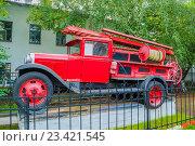 Купить «Пожарная машина на постаменте на территории пожарного отделения в Великом Новгороде, Россия», фото № 23421545, снято 19 августа 2016 г. (c) Зезелина Марина / Фотобанк Лори