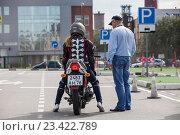 Купить «Обучение вождению на мотоцикле на площадке автошколы», фото № 23422789, снято 19 августа 2016 г. (c) Кекяляйнен Андрей / Фотобанк Лори
