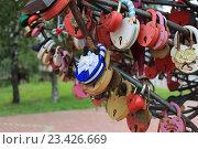 Свадебные замки пристёгнуты к искусственному дереву. Стоковое фото, фотограф Маргарита Варенникова / Фотобанк Лори