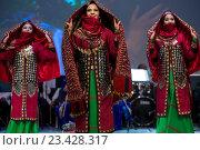"""Танцевальная группа """"Лачин"""" из Республики Туркменистан выступают на сцене во время Дней культуры Туркменистана в Москве, Россия (2016 год). Редакционное фото, фотограф Николай Винокуров / Фотобанк Лори"""