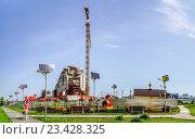 Купить «Детская площадка освещаемая с помощью солнечных панелей на фоне строящегося Никольского храма», эксклюзивное фото № 23428325, снято 18 августа 2016 г. (c) Виктор Тараканов / Фотобанк Лори