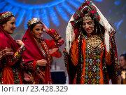 Купить «Невеста и подруги невеста в национальной туркменской одежде демонстрируют традиционный свадебный ритуал в рамках Дней культуры Туркменистана в Москве, Россия», фото № 23428329, снято 24 августа 2016 г. (c) Николай Винокуров / Фотобанк Лори