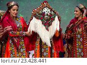 Купить «Туркменские девушки демонстрируют национальную одежду невесты во время традиционного свадебного ритуала во время Дней культуры Туркменистана в Москве, Россия», фото № 23428441, снято 24 августа 2016 г. (c) Николай Винокуров / Фотобанк Лори