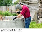 Купить «Сварщик за работой», фото № 23431281, снято 1 июня 2015 г. (c) Евгений Ткачёв / Фотобанк Лори