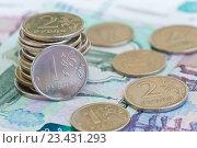 Купить «Мелкие рублевые монеты на купюрах в 1000 и 500 рублей», фото № 23431293, снято 21 августа 2016 г. (c) Екатерина Овсянникова / Фотобанк Лори