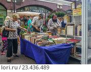 Купить «Покупка книг у населения на улице Арбат», эксклюзивное фото № 23436489, снято 25 августа 2016 г. (c) Виктор Тараканов / Фотобанк Лори