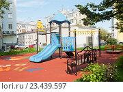 Купить «Детская площадка в центре Москвы», фото № 23439597, снято 27 августа 2016 г. (c) E. O. / Фотобанк Лори