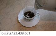 Купить «В чашку с молотым кофе заливается кипяток из чайника,», видеоролик № 23439661, снято 28 августа 2016 г. (c) Сергей Громыко / Фотобанк Лори