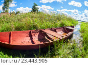 Old wooden fishing boat at the lake in summer day, фото № 23443905, снято 13 августа 2016 г. (c) FotograFF / Фотобанк Лори