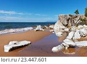 Купить «Байкал. Красивый песчаный берег со скалами и белыми камнями летним солнечным днем», фото № 23447601, снято 26 августа 2016 г. (c) Виктория Катьянова / Фотобанк Лори