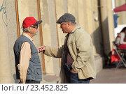 Купить «Санкт-Петербург, двое мужчин ведут активный и жестикулируют  разговор на Невском проспекте», эксклюзивное фото № 23452825, снято 21 августа 2016 г. (c) Дмитрий Неумоин / Фотобанк Лори