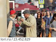 Купить «Санкт-Петербург, двое мужчин ведут активный и жестикулируют  разговор на Невском проспекте», эксклюзивное фото № 23452829, снято 21 августа 2016 г. (c) Дмитрий Неумоин / Фотобанк Лори