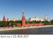 Вид на Московский кремль и Москву-реку, эксклюзивное фото № 23454357, снято 28 августа 2016 г. (c) Константин Косов / Фотобанк Лори
