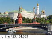 Вид на Московский кремль и Большой каменный мост, эксклюзивное фото № 23454365, снято 28 августа 2016 г. (c) Константин Косов / Фотобанк Лори